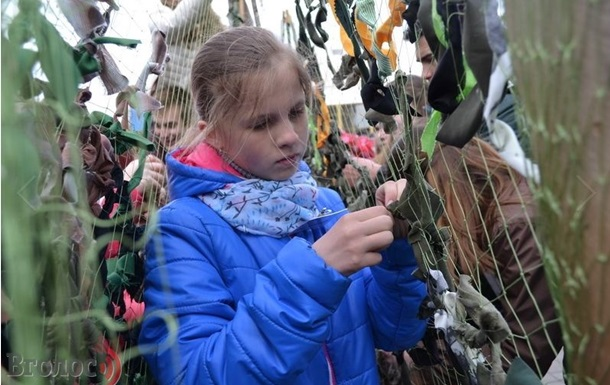 В Луцке школьники плели маскировочные сети для военных