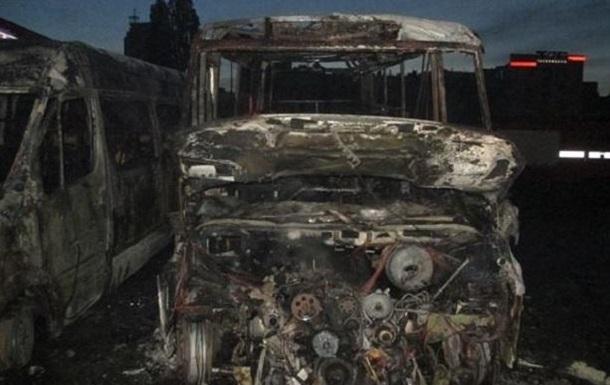 В Киеве на автостанции сгорели два микроавтобуса