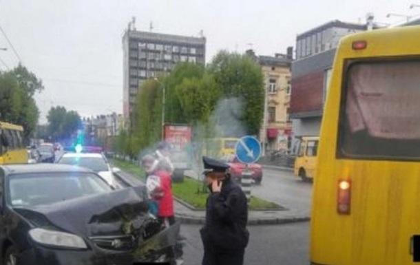 Во Львове столкнулись маршрутка и три автомобиля