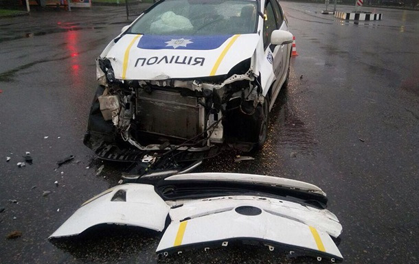 В Харькове при выезде на вызов полицейские разбили авто