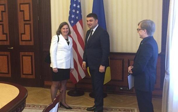 Гройсман обсудил с Нуланд реформы в Украине