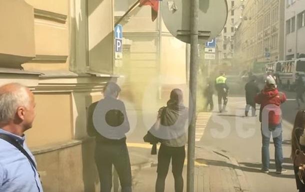 Посольство Украины в Москве забросали файерами