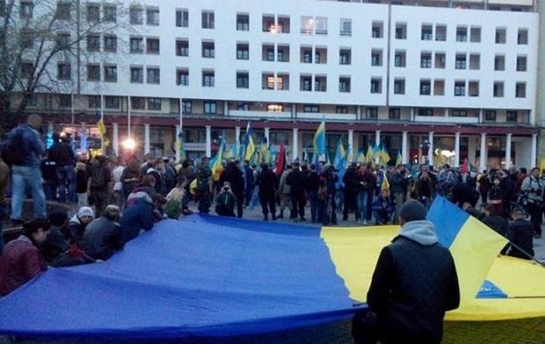 Сотни людей пришли почтить память жертвам столкновений в Одессе 2 мая 2014 года