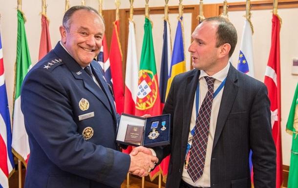 Порошенко наградил орденом экс-главкома сил НАТО в Европе