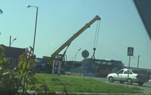 Татары убрали бетонные блоки на границе с Крымом