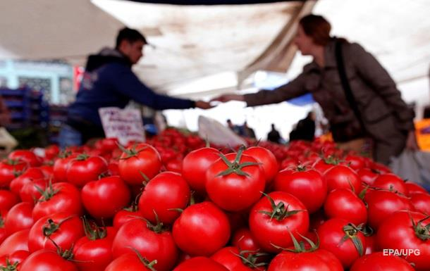 В России раздавили тракторами 20 тонн турецких помидоров