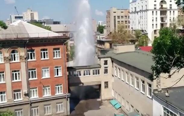 Во дворе харьковской школы прорвало трубу, фонтан достиг 20 метров