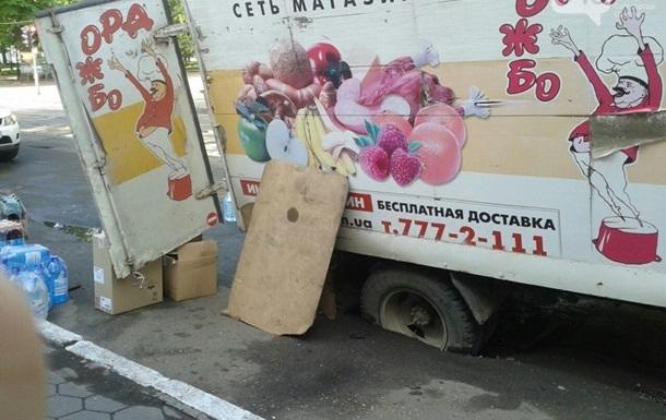 В центре Одессы грузовик провалился в яму на дороге