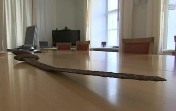 Эстония передала Украине отобранный у контрабандистов меч викингов