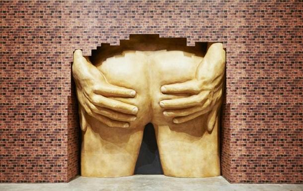 Скульптура с мужскими ягодицами может удостоиться премии