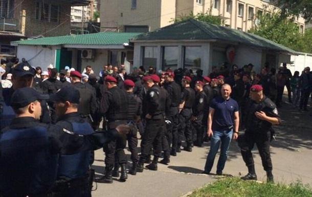 В Киеве на стоянке прогремел взрыв, есть пострадавшие