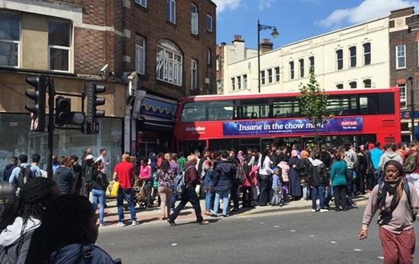 В Лондоне двухэтажный автобус въехал в витрину магазина