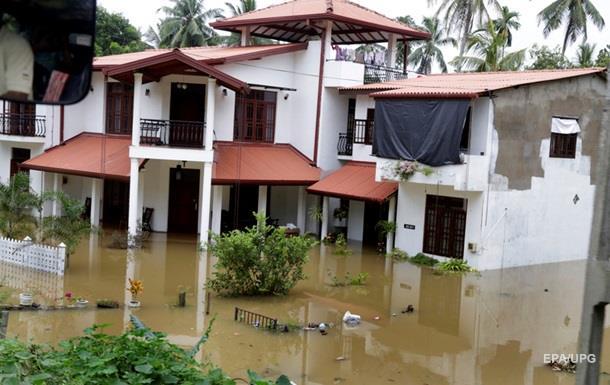 Сотни тысяч человек покинули дома из-за наводнения на Шри-Ланке