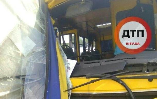 В Киеве маршрутка врезалась в грузовик: есть пострадавшие