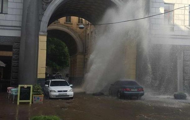 В центре Киева огромный фонтан из-за прорыва трубы