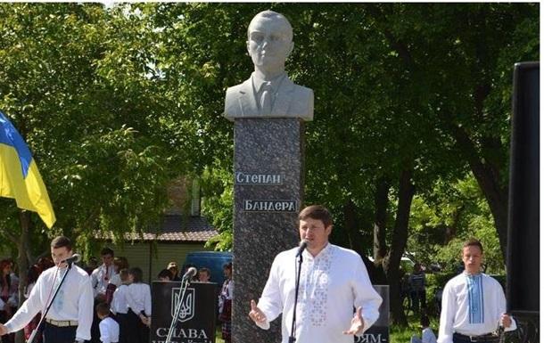 На Ровенщине открыли памятник Бандере