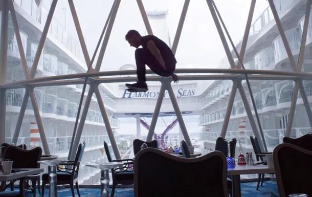 Актер  Звездных войн  показал паркур на крупнейшем круизном лайнере