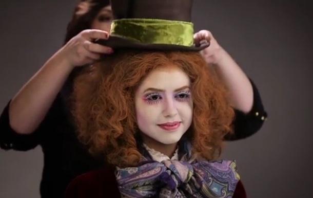 Модель переодели в героев Алисы в зазеркалье. Видео