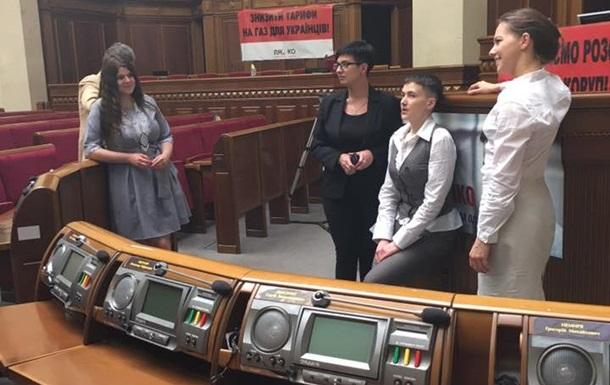 Савченко показали рабочее место в Раде
