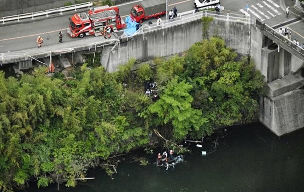 В Японии автобус упал в водохранилище: пять погибших