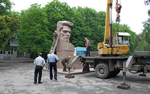 В Херсоне демонтировали памятник Цюрупе