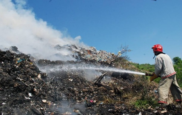 На Львовщине пожар на свалке тушили более суток
