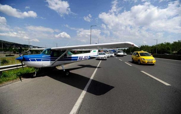 В Венгрии самолет совершил экстренную посадку на автостраду