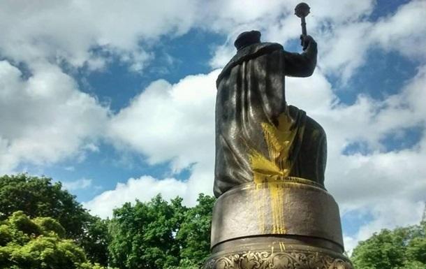 В Полтаве облили краской памятник Мазепе