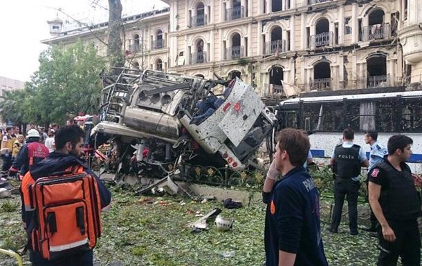 Рядом с автобусной остановкой в Стамбуле произошел взрыв
