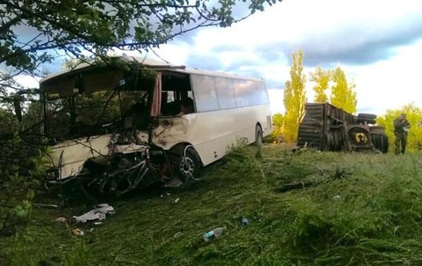 В Лисичанске столкнулись автобус и грузовик: семеро пострадавших