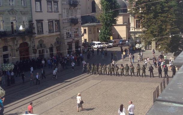 Столкновения во Львове: силовиков атаковали газом