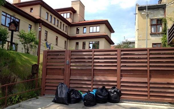 Под особняк Садового поставили пакеты с мусором