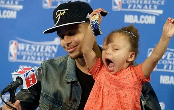 НБА. Фанат Кливленда уволен с работы за оскорбление семьи Карри