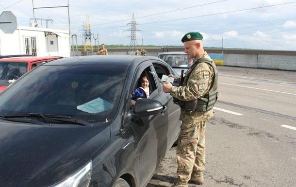На пунктах пропуска на Донбассе почти тысячные очереди