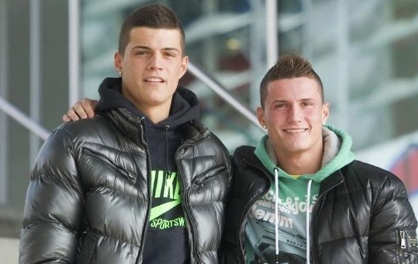 Мама братьев Джака пришла на матч сыновей в футболке с гербами Албании и Швейцарии