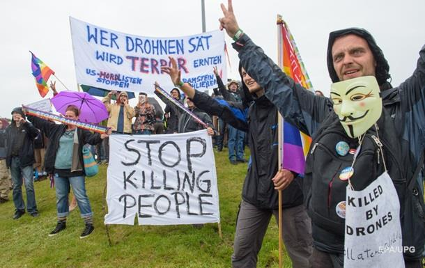 Тысячи людей провели акцию протеста у авиабазы США в Германии