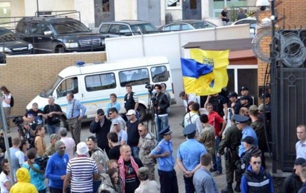 «Патриоты» атаковали российское консульство в Одессе навозом, яйцами и матами
