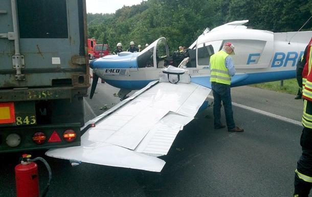 В Германии самолет совершил аварийную посадку на автобан