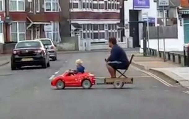 Мережу розсмішив хлопчик, котрий везе батька на іграшковому авто