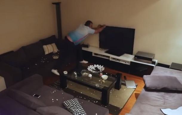 Вболівальник розтерзав телевізор і Macbook через розіграш дружини
