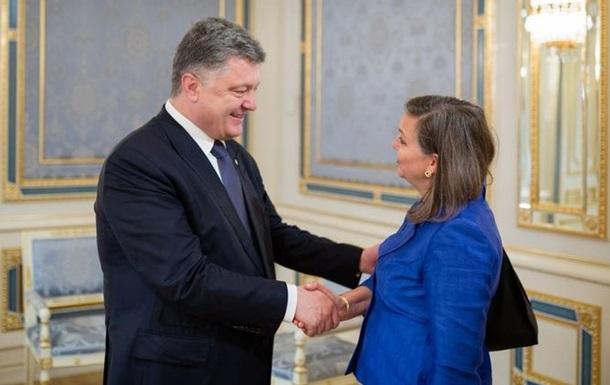 Перед визитом в РФ Нуланд встретилась с Порошенко