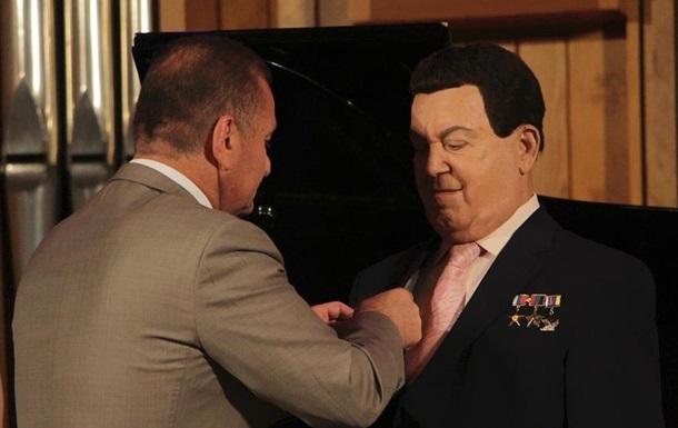 Кобзона наградили  За заслуги перед Луганском