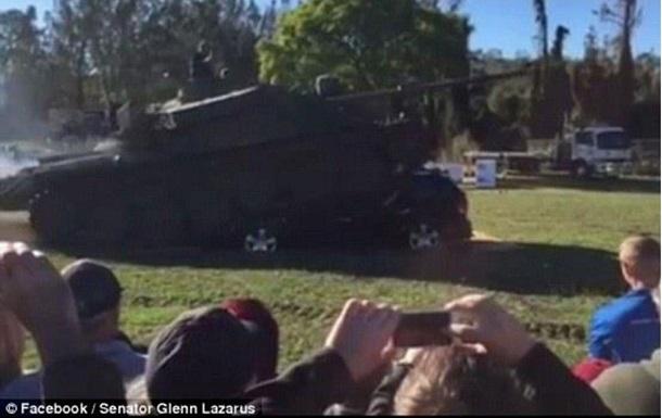 В Австралии сенатор на танке раздавил автомобиль