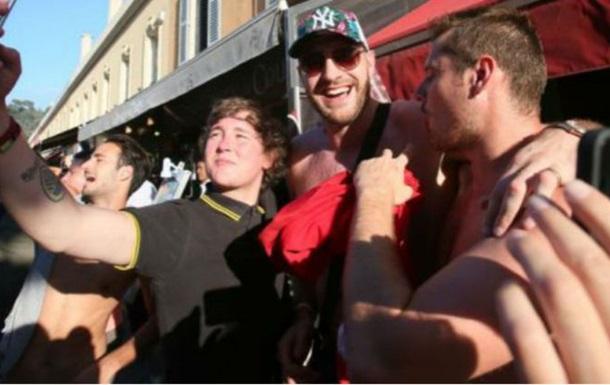 Травмированный Фьюри выпивает и веселится с британскими фанами на Евро-2016