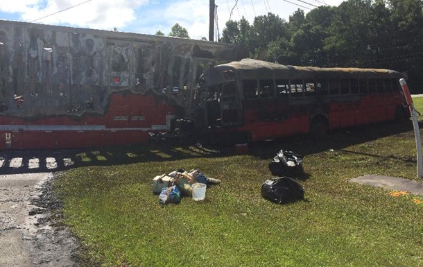 В США столкнулись автобус и грузовик: погибли люди
