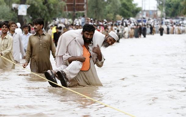 В Пакистане наводнение смыло мечеть с людьми