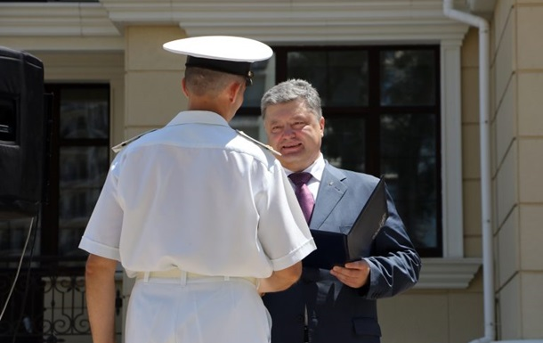 В Одессе Порошенко вручил военным ордера на квартиры