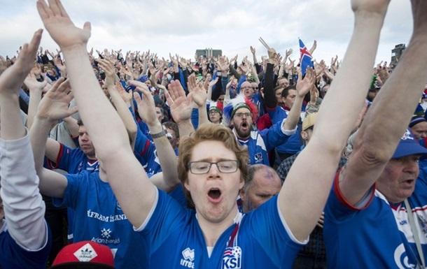 30000 на стадионе и 30000 на холме: как в Исландии футбол смотрели