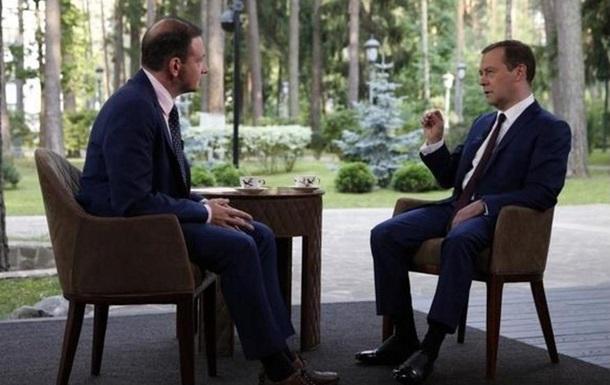Туфли Медведева рассорили рунет