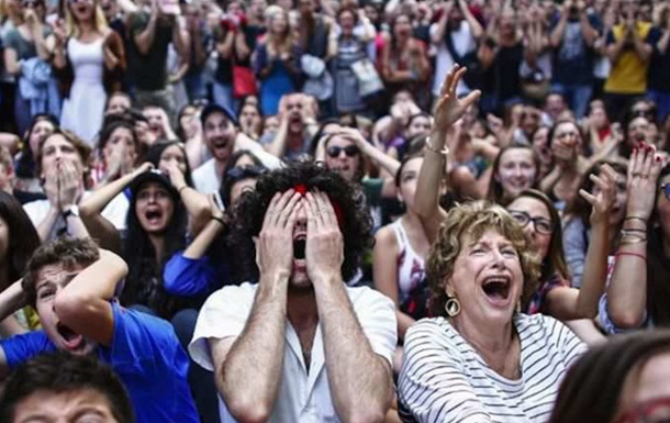 Юный португальский болельщик успокоил плачущего фаната Франции